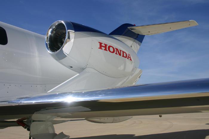 موتورهای سوار شده بر بال های دو طرف، با همکاری جنرال موتورز توسعه یافته اند و به هواپیما ظاهری منحصر به فرد می دهند. (هوندا)
