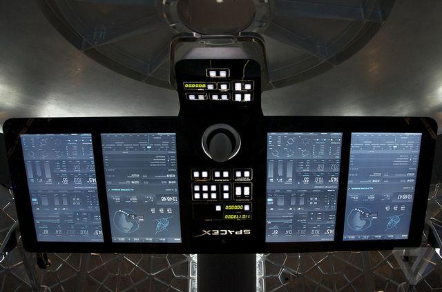 رابط کاربری سفینه شامل ۴ صفحه نمایش لمسی است که ماسک می گوید مشابه نمایشگرهای لمسی خودروهای تسلا هستند. نمایشگرها لولا دارند و همه فضانوردان داخل سفینه قادر به دیدن آنها با تنظیم در زاویه مناسب خواهند بود.