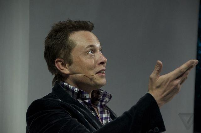 """موسس و مدیرعامل اسپیس اکس آقای ایلان ماسک روی صحنه آمد تا دستاوردهای کپسول جدید درگن ۲ را معرفی کند: """"این یک فضاپیمای برازنده قرن ۲۱ است."""""""