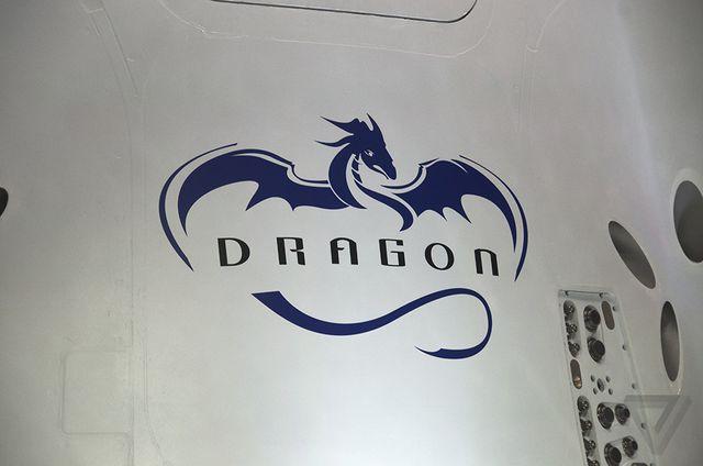 نمایی بسته از لوگوی نمادین این سفینه.