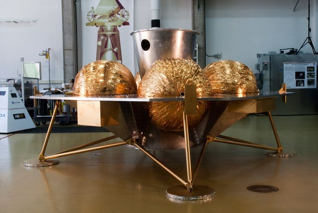 """سفینه فرود آینده شرکت Astrobotic با نام Griffin، بخش پایانی ماموریت را انجام می دهد و می تواند محموله هایی تا ۲۶۰ کیلوگرم را به مقصد برساند. خطای فرود آن تنها ۱۰۰ متر است و برای این ماموریت، منطقه ای مشهور به """"دریاچه مرگ"""" بر سطح ماه به عنوان محل فرود در نظر گرفته شده."""