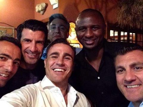 این هم یک سِلفی از افسانه های فوتبال: فابیو کاناوارو، پاتریک ویرا، لوییس فیگو.