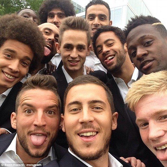 اعضای تیم فوتبال بلژیک با زبان هایی دراز. ادن آزارد این عکس را گرفته.