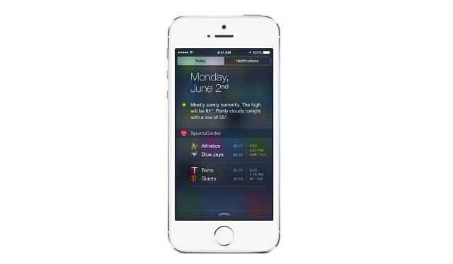آی او اس ۸ (۲۰۱۴)؛ ویجت های iOS 8 ربطی به ویجت های داشبود ندارند، همین طور شباهتی به ویجت های اندروید و کاشی های ویندوز فون نیز ندارند. در عوض، اپل آنها را در مرکز اعلان ها (سوایپ از لبه بالای نمایشگر) قرار داده و می توان آنها را باز آرایی کرد یا حذف نمود یا افزود. این ویجت ها با نمونه های مشابه در یوسمیتی هم فرق دارند و کارکردشان بیشتر شبیه کارت های اطلاعاتی در سیری است. چیزهایی مثلا نمایش نتایج ورزشی، اخبار جدید، و اطلاعاتی از شرکت های ارسال محصول. در کل اطلاعات زودگذر که می توان در یک نظر آنها را خواند و فهمید.