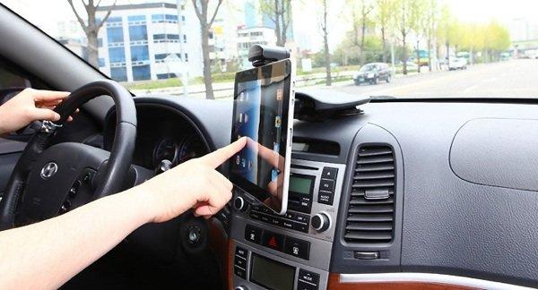 using-tablet-in-car_digiato