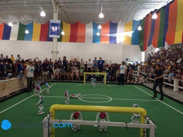 دیدن مسابقات این روبات های با مزه و زمین خوردنشان در حال تلاش برای ضربه زدن به توپ، تماشاگران بسیاری را به وجد آورده بود.