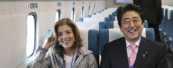 نخست وزیر ژاپن در کنار سفیر آمریکا
