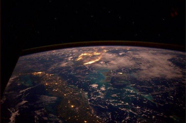 نمایی زیبا از ایالت فلوریدا، کشور کوبا و جزایر باهاماس در شب.