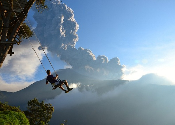 عکسی از شون هکر تپر که نامش پایان دنیاست. و مردی را در بانیوس اکوادور و در حال تاب خوردن بر لب یک دره نشان می دهد. عکاس می گوید چند دقیقه پس از ثبت تصویر به خاطر نزدیک شدن ابری از خاکستر به منطقه مجبور به تخلیه ی کامل آنجا شدیم.