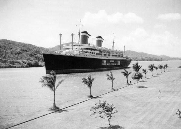"""کشتی بخاری لوکس """"امریکا"""" در حال گذر از کانال - سال ۱۹۴۱"""