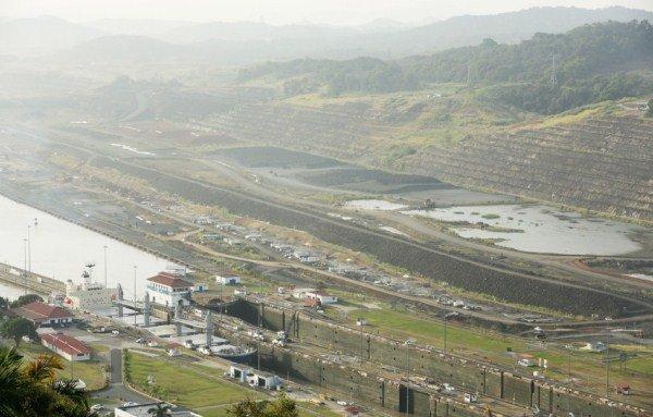 عبور یک کشتی از کانال پاناما در نزدیکی محل پروژه گسترش - ۴ فوریه ۲۰۱۴