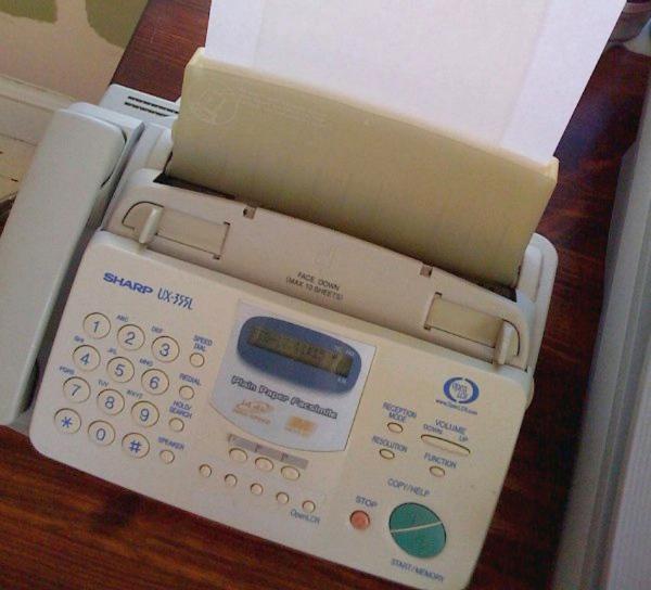 به خاطر اینکه ایمیل در آن زمان سرویس بسیار گرانی به شمار می رفت و چندان نیز در میان کاربران رواج نداشت، فکس محبوب ترین تکنولوژی ارتباطی سال ۹۴ به شمار می رفت.