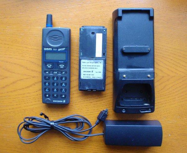 موبایل ها در آن زمان به بازار عرضه شده بودند، اما قیمت بسیار بالایی داشتند. به سایز باتری دستگاه بالا که ساخت سونی اریکسون است، دقت کنید.