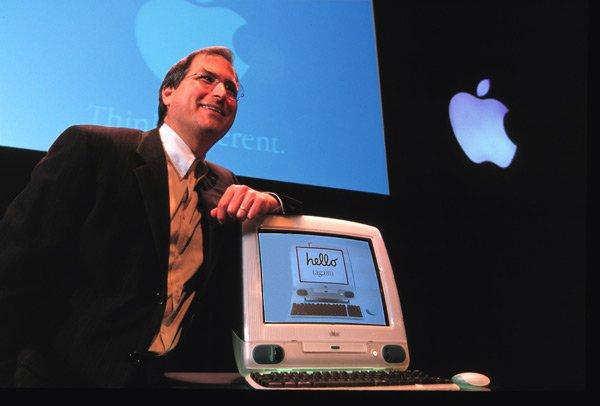 اولین ماموریت اصلی جابز برای آیو، طراحی آی مک بود. جابز در تصویر بالا به آی مک زیبا تکیه کرده.