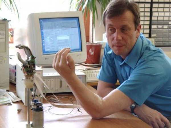 professor-kevin-warwick-and-his-wife-have-implants-that-work-together-w600