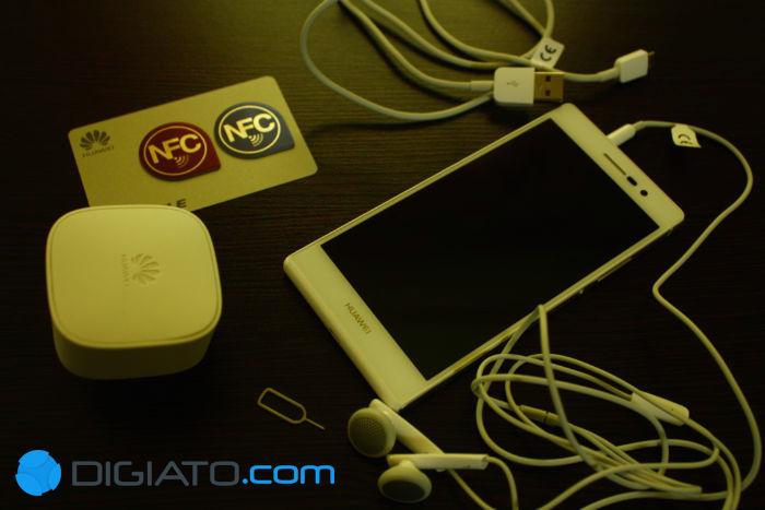 همانطور که گفته شد به همراه گوشی دو تگ NFC به همراه شارژر، کابل یواسبی، هدفون، سوزن مخصوص باز کردن ورودی سیمکارت و دفترچه راهنما در جعبه ای که شبیه جعبه آیفون است قرار گرفته است.