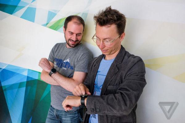 David Singleton و Brett Lider از بخش Android Wear گوگل در حال بازی با موتو 360 هستند.