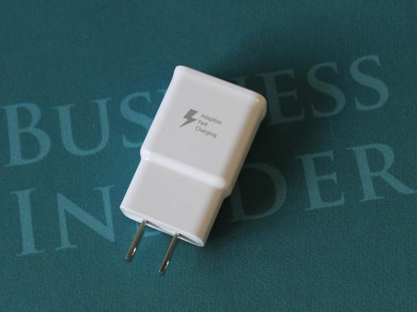 شارژر مخصوص نوت اج به شما اجازه می دهد باتری دستگاه را با سرعت بسیاری بالایی شارژ نمایید.
