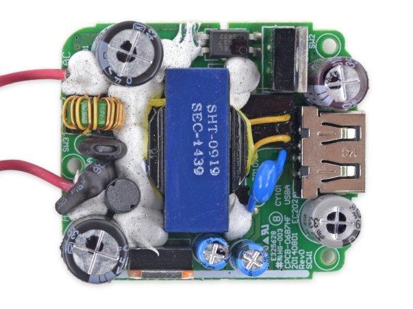 در سوی دیگر برد این شارژر خازن ها، رگلاتور ولتاژ و درگاه USB را مشاهده می کنیم.