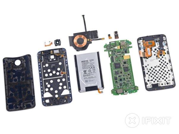 در نکسوس ۶ تنها از یک نوع پیچ استفاده شده است و تعداد زیادی از این پیچ ها اجزای مختلف بدنه را به یکدیگر متصل کرده اند. باتری که با چسب به بدنه متصل شده جداسازی و تعویضش دشوار است. بسیاری از اجزای این تلفن هوشمند مانند درگاه سیم کارت و پورت میکرو USB به بدنه لحیم شده اند. دیجتایزر یا مدبل آنالوگ به دیجیتال نمایشگر مستقیماً به خود صفحه نمایش متصل است که سبب می شود هزینه تعویض نمایشگر افزایش یابد.
