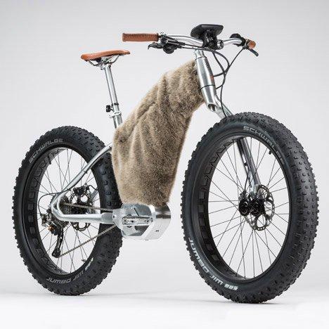 این دوچرخه را یک طراح فرانسوی به نام Philippr Starck ساخته است. در این مدل باتری هایی برای کمک به حرکت دوچرخه تعبیه شده است. این دوچرخه برای حرکت بر روی آسفالت، شن، برق و انواع محیط ها مناسب است. از این نمونه خاص طرح های متفاوتی تولید شده که در کارخانه Moustache Bikes در حال ساخت هستند.