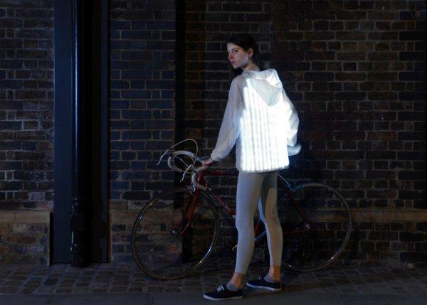این یکی هم بر خلاف تیتر این مطلب به جای یک دوچرخه یک ابزار حفاظتی است. این در واقع لباسی مخصوص است که پشت آن از ال ای دی پوشانده شده. این ابزار به دوچرخه سوارانی که همیشه ترس تصادف با وسائط نقلیه دیگر را دارند حس اعتماد بیشتری می دهد. چرا که با نوری که از پشت آن ساطع می شود هر راننده ای متوجه وجود دوچرخه و دوچرخه سوار خواهد شد.