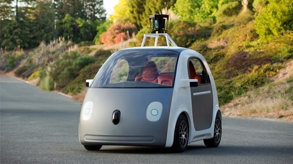 نسخه اولیه اتومبیل خودران گوگل که چند ماه پیش رونمایی شد. به دوربین بالای سقف و تفاوتش با نسخه تازه دقت کنید.
