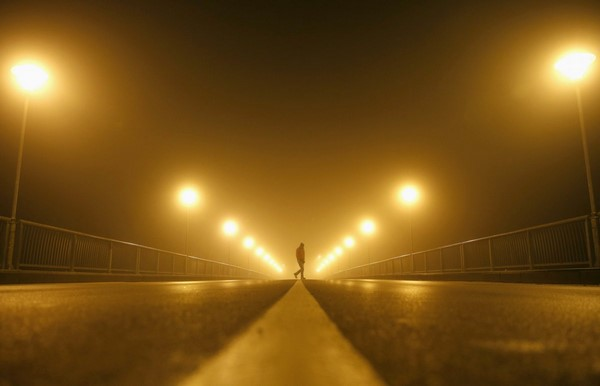 مردی در حال پیاده روی در مه غلیظ شهر زنیکا. صبح زود 19 نوامبر 2014.