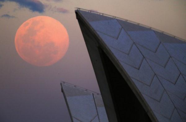 اَبَر ماه در حال طلوع در پشت خانه اپرای سیدنی، 10 آگوست 2014. این پدیده زمانی رخ می دهد که ماه در مدار خود، در نزدیک ترین فاصله نسبت به زمین قرار گیرد که باعث می شود بزرگتر و روشن تر به نظر برسد.