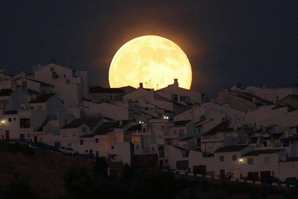 تصویر دیگری از ابر ماه که در پشت خانه های شهر اُلورا در جنوب اسپانیا طلوع کرده بود. این تصویر در اینستاگرام رویترز بسیار محبوب بود.