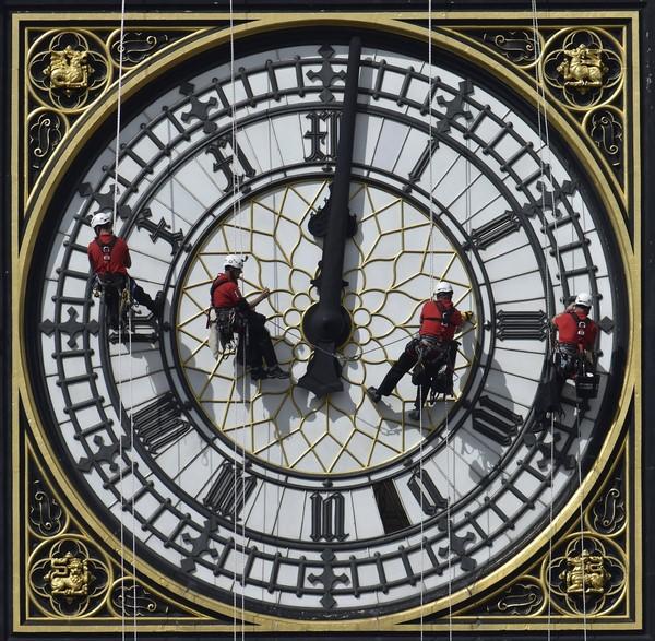 کارگران در حین تمیز کردن ساعت بیگ بن، باعث افتادن یکی از تکه های آن شدند. یک هفته صرف تمیز کردن این ساعت که اکنون رسماً «ساعت بزرگ» نام دارد، شد.