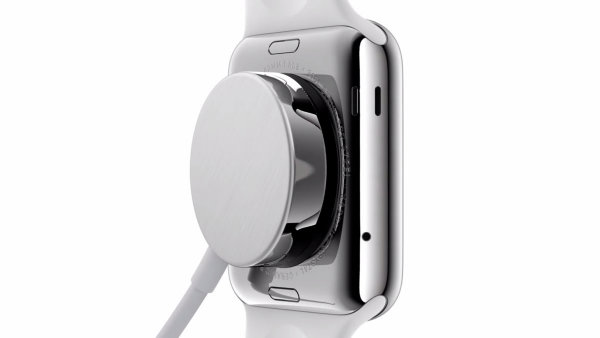 ساعت اپل با کمک شارژر آهنربایی که به ساعت می چسبد شارژ می شود. کاری که احتمالا با داشتن این ساعت باید هر شب انجامش دهید.