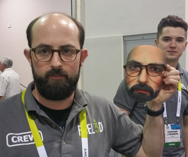 مدیر بازاریابی Fuel3D، استفن کراسلند به همراه مدل سه بعدی صورت خودش (مدل شامل عینک نیست)