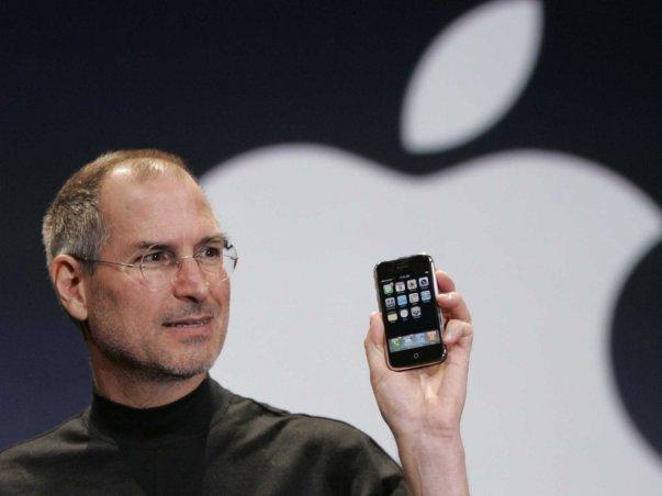 در اولین نسخه آیفون بسیاری از قابلیت های اولیه موبایل های هم دوره اش تعبیه نشده بود و از همین جهت بسیاری شکست این محصول را قطعی می دانستند.
