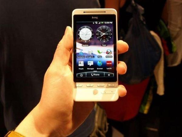 در حالیکه G1 اولین تلفن هوشمند اندرویدی محسوب می گردد، از HTC Hero که در سال ۲۰۰۹ عرضه شد می توان به عنوان اولین محصولی یاد کرد که رابط کاربری Sense را با خود به همراه داشت. این پوسته به شکل قابل قبولی بر روی پلتفرم موبایلی گوگل پیاده سازی شده بود و با ویجت های اندکی مانند آب و هوا و ساعت استفاده از موبایل را ساده تر و جذاب تر می کرد.