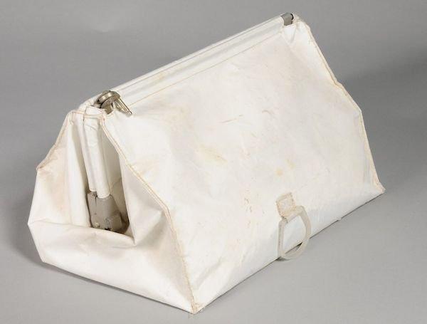کیف حاوی وسایل مورد نیاز فضانوردان