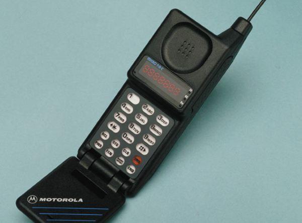 موبایلی که در تصویر مشاهده می کنید به خاطر داشتن دهانی باز شو، در زمان خودش از نظر طراحی بسیار منحصر به فرد و محبوب به حساب می آمد. همچنین این محصول در هنگام عرضهیعنی سال ۱۹۸۹ یکی از سبک ترین ها و البته باریک ترین ها بود.MicroTAC 9800X قیمتی مابین ۲۴۹۵ الی ۳۴۹۵ دلار داشت که برابر با ۴۷۶۳ الی ۶۶۷۲ دلار امروزی است.