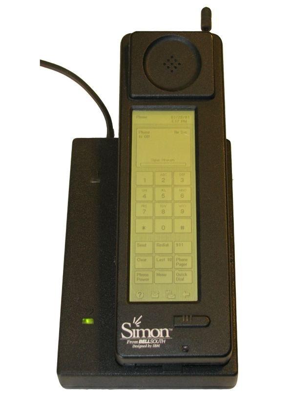 Simon از IBM اولین تلفن هوشمند تاریخ است و در سال ۱۹۹۴ به بازار آمد. موبایل مذکور در زمان خودش گجتی بسیار هیجان انگیز بود که از صفحه نمایشی لمسی و دارای نور پس زمینه به همراه مودمی ۹۶۰۰ بیت بر ثانیه ای بهره می برد. یک مگابایت حافظه ی رم و پشتیبانی از قابلیت ارسال و دریافت ایمیل و فاکس نیز از سایر مشخصه های آن بودند. Simon را میتوانستید در ازای قراردادی دو ساله به قیمت ۸۹۹ دلار تهیه کنید و نسخه ی بدون قراردادش نیز ۱۰۹۹ دلار هزینه داشت که این ارقام به ترتیب برابر با ۱۴۳۶ و ۱۷۵۶ دلار امروزی هستند.