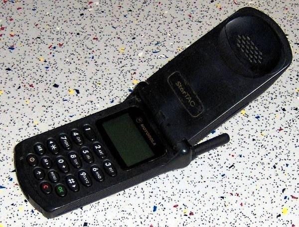 این مدل از تلفن همراه موتورولا به عنوان اولین موبایل تاشو شناخته می شود، که در زمان خودش بیش از انداز جمع و جور و سبک بود و کاربران می توانستند به صورت انتخابی آن را به همراه یک باتری لیتیوم یونی که در سال ۱۹۹۶ بسیار ارزشمند به حساب می آمدتهیه کنند. ناگفته نماند که تکنولوژی ویبره هم تقریباً برای اولین بار در همین محصول عرضه گشت. StarTAC هزار دلار قیمت گذاری شده بود که برابر با ۱۵۰۸ دلار امروزی است.