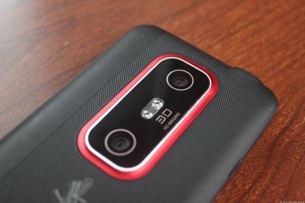 در سال ۲۰۱۱ HTC با نصب دو لنز دوربین بر روی تلفن هوشمند Evo 3D سعی کرد تا جلوه ای سه بعدی به تصاویر گرفته شده توسط این محصول بخشد، اما نتیجه به عکس هایی ختم گشت که شامل اعوجاجی ناخوشایند بودند و در بازار نیز استقبال چندانی از آن نشد.