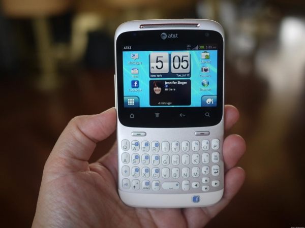 HTC اولین بار دو تلفن هوشمندSalsa وChaCha را در کنگره جهانی موبایل سال ۲۰۱۱ معرفی کرد. آنچه این دو محصول را از سایرین متفاوت می کرد دکمه ای در پایین آنها بود که به صورت ویژه برای دسترسی به شبکه ی اجتماعی فیس بوک در نظر گرفته شده بود. موبایل های یاد شده در زمانی ارائه گشتند که کمپانی تایوانی سعی داشت با ارائه ی محصولاتی زیاد و متنوع توجه بازار را به هر شکل ممکن به خود جلب کند.