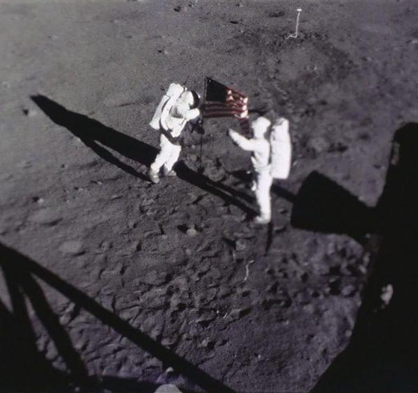 این عکس که توسط دوربین مذکور گرفته شده، صحنه قرار گرفتن پرچم آمریکا توسط باز آلدرین بر روی کره ماه را نشان می دهد.