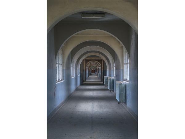 این مدرسه قدیمی در بلژیک، یکی از بناهایی است که دیگر وجود خارجی ندارد و به همین خاطر است که امیت می گوید این تصاویر را برای آیندگان ثبت می کند: تا ساختمان ها و تأنسیساتی که روزی نابود خواهند شد را در تاریخ ثبت نماید.