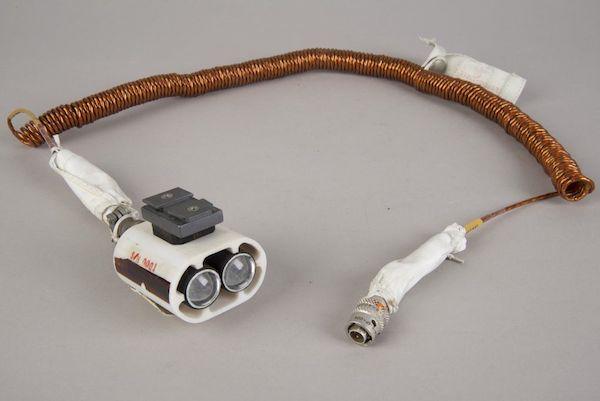 چراغی که برای روشن کردن محیط باید به بدنه فضاپیما متصل می شد