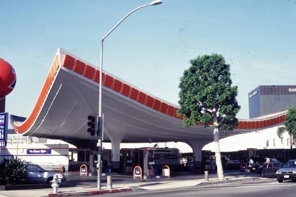 این بنا که توسط شرکت معماری William L. Pereira & Associates در اواسط قرن 21 ساخته شده Union 76 نام دارد در منطقه بورلی هیلز قرار گرفته.