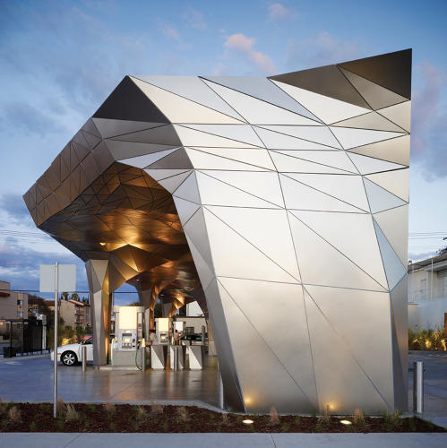 Helios House نام پروژه ای است که در سال 2007 میلادی توسط شرکت Office dA در لس آنجلس طراحی شد. نام این بنا Johnston Marklee است و دارای یک سقف سبز، سیستم جمع آوری باران و پنل های خورشیدی است و برای آیندگان طراحی شده است.