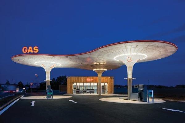 این پمپ بنزین در سال 2011 میلادی توسط  Atelier SAD در اسلواکی ساخته شد و شبیه به یک سفینه فضایی به نظر می رسد.