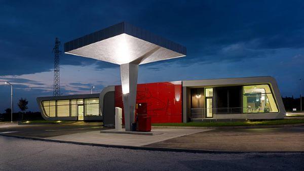 این پمپ بنزین که توسط شرکت  DaMilano Studio طراحی شده در منطقه شمال غربی ایتالیا قرار دارد و بیشتر شبیه به یک قطار لوکس به نظر می آید.