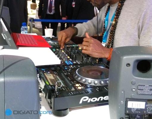 این DJ در تلاش است تا قدرت پردازشی سرفس پرو ۳ را با میکس زنده موسیقی، به حاضر نشان دهد.