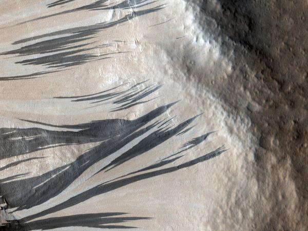 در این تصویر که از منطقه Acheron Fossae  مریخ گرفته شده، رگه های تاریک و روشنی را می بینید که روی خط الراس ایجاد شده اند.